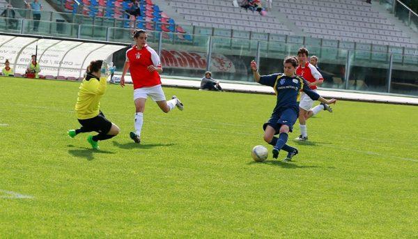Enrica neutralizza sull'attaccante dell'Empoli Ladies Calcio