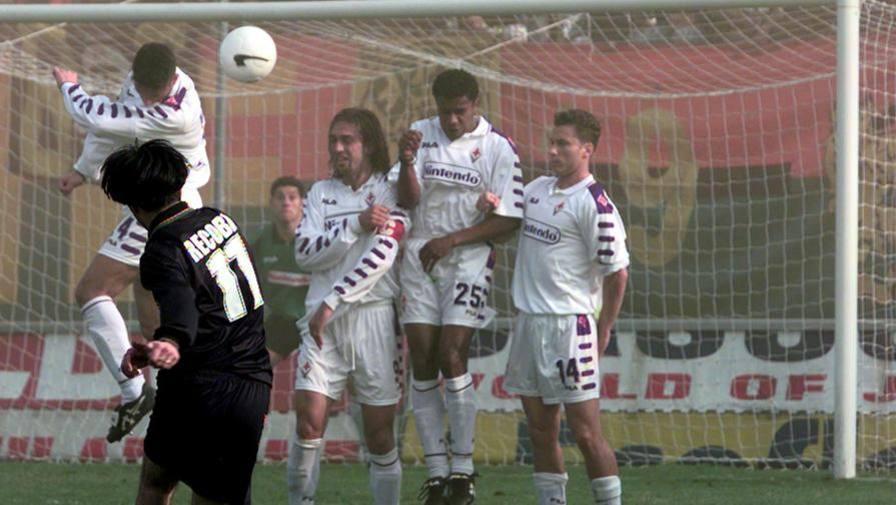 Alvaro Recoba segna su calcio di punizione