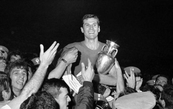 Facchetti, capitano dell'Italia all' Europeo 1968, con la Coppa tra le mani