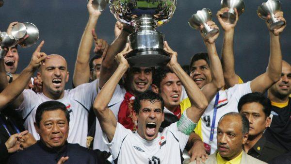 Younes Khalef, capitano dell'Iraq, alza al cielo la coppa d'Asia