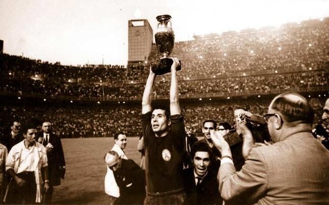 Olivella, capitano spagnolo, alza al cielo la Coppa dell' Europeo 1964